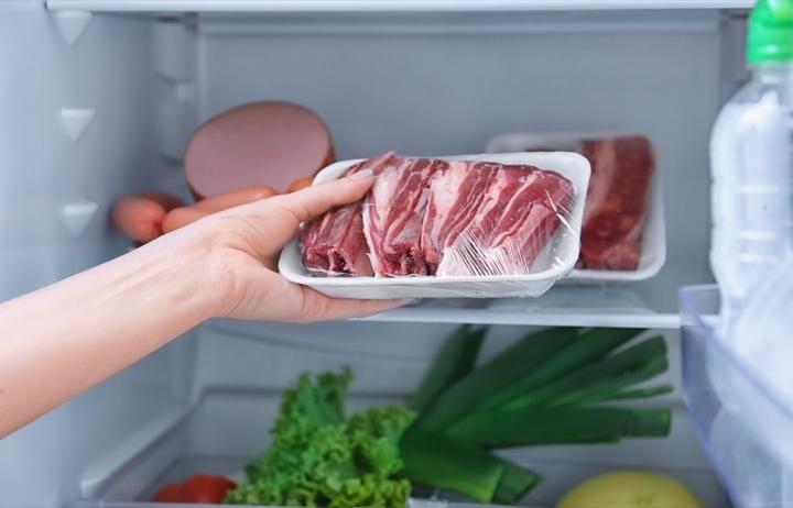 мясо в холодильнике