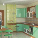 коричневая столешница на мятной кухне
