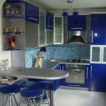 небольшая синяя кухня