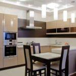 стол и стулья на кухне в коричневых тонах