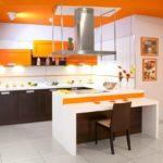 оранжевая кухня с белым