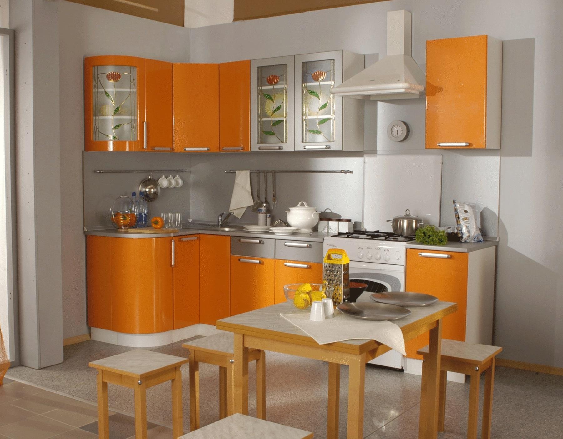 серая с оранжевым кухня