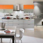 оранжевая кухня много белого