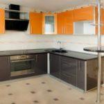 оранжевая кухня с серой мебелью