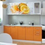 оранжевая кухня с рисунком на шкафчиках