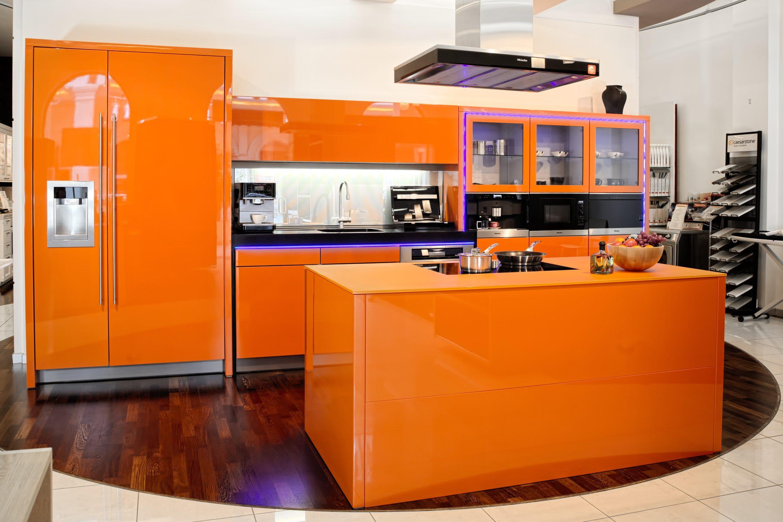 синие акценты в оранжевой кухне
