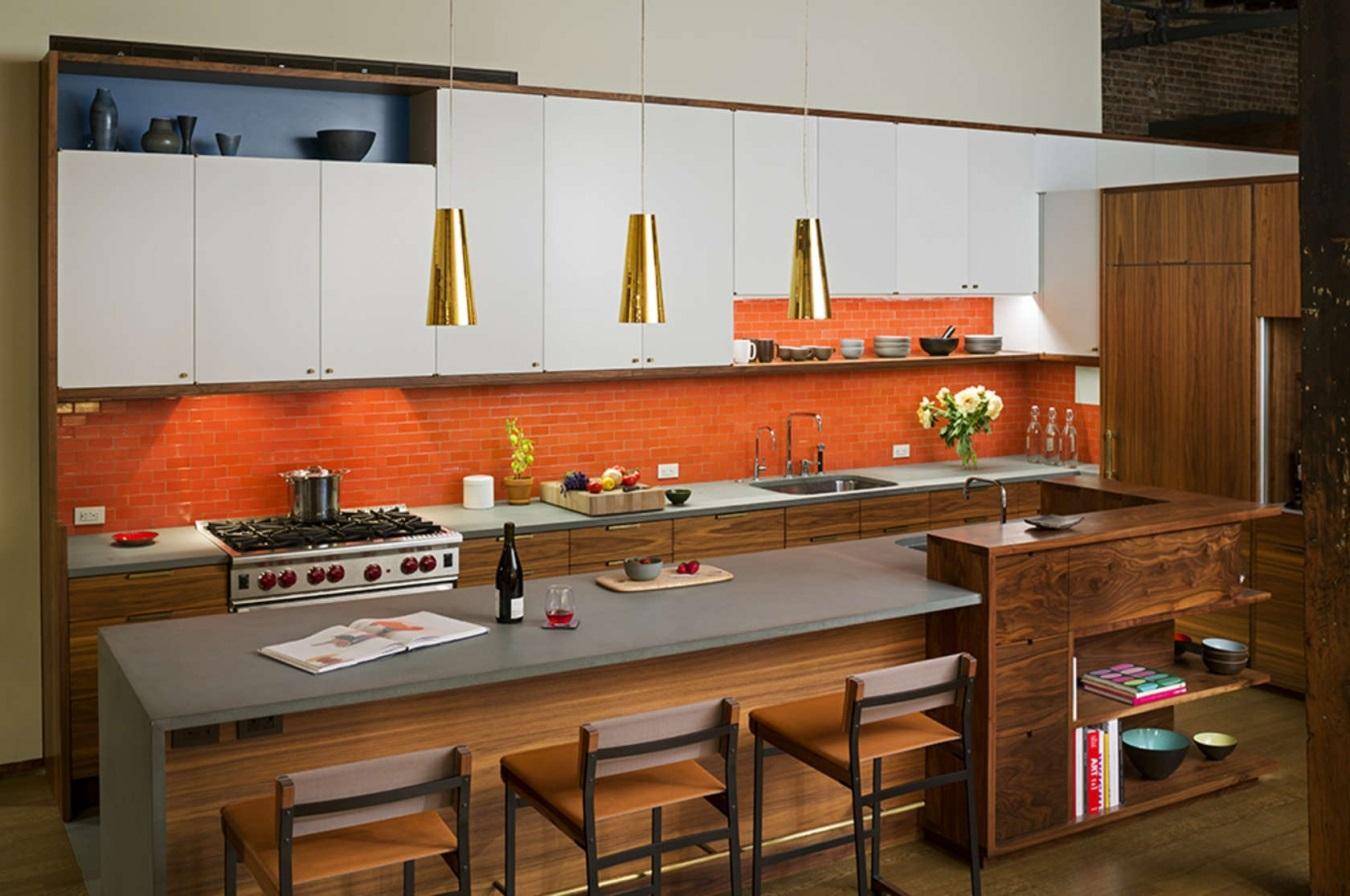 коричневая с оранжевым кухня