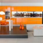 кухня оформленная в оранжевых тонах