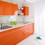 оранжевая кухня с зеленой вазой