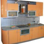 оранжевая кухня с серым кафелем