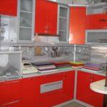 оранжевая кухня с белой отделкой