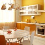 оранжевая кухня с желтыми стенами