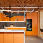 оранжевая кухня с деревянным потолком