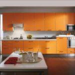 оранжевая кухня длинная