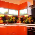 оранжевая кухня с фруктовой плиткой