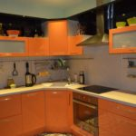 оранжевая кухня с вытяжкой