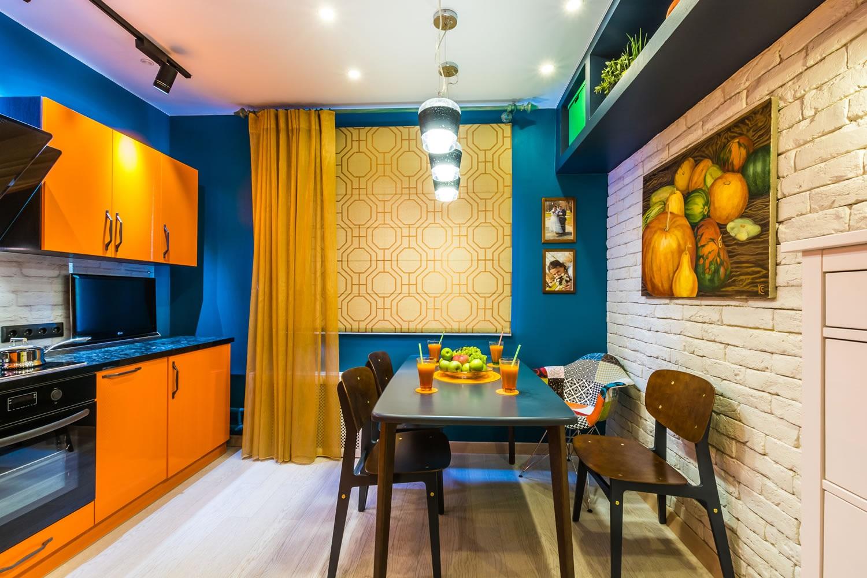 синий с оранжевым на кухне