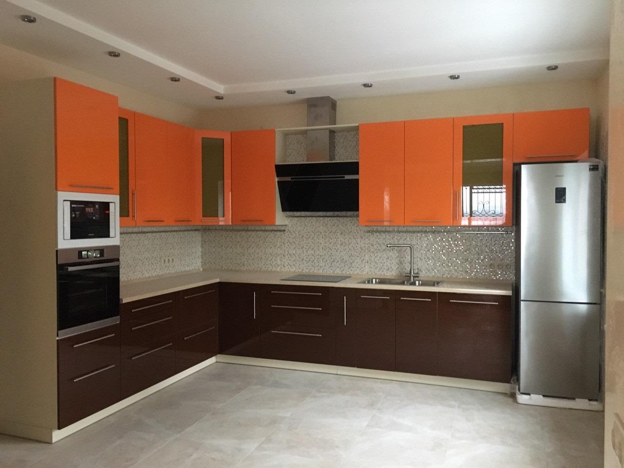 комбинирование оранжевого с коричневым на кухне