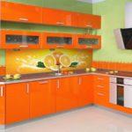 оранжевая кухня с апельсиновым рисунком