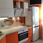 оранжевая кухня с цветами