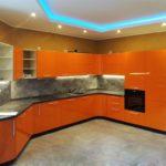 оранжевая кухня с синей подствекой