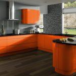 оранжевая кухня с серым кирпичом