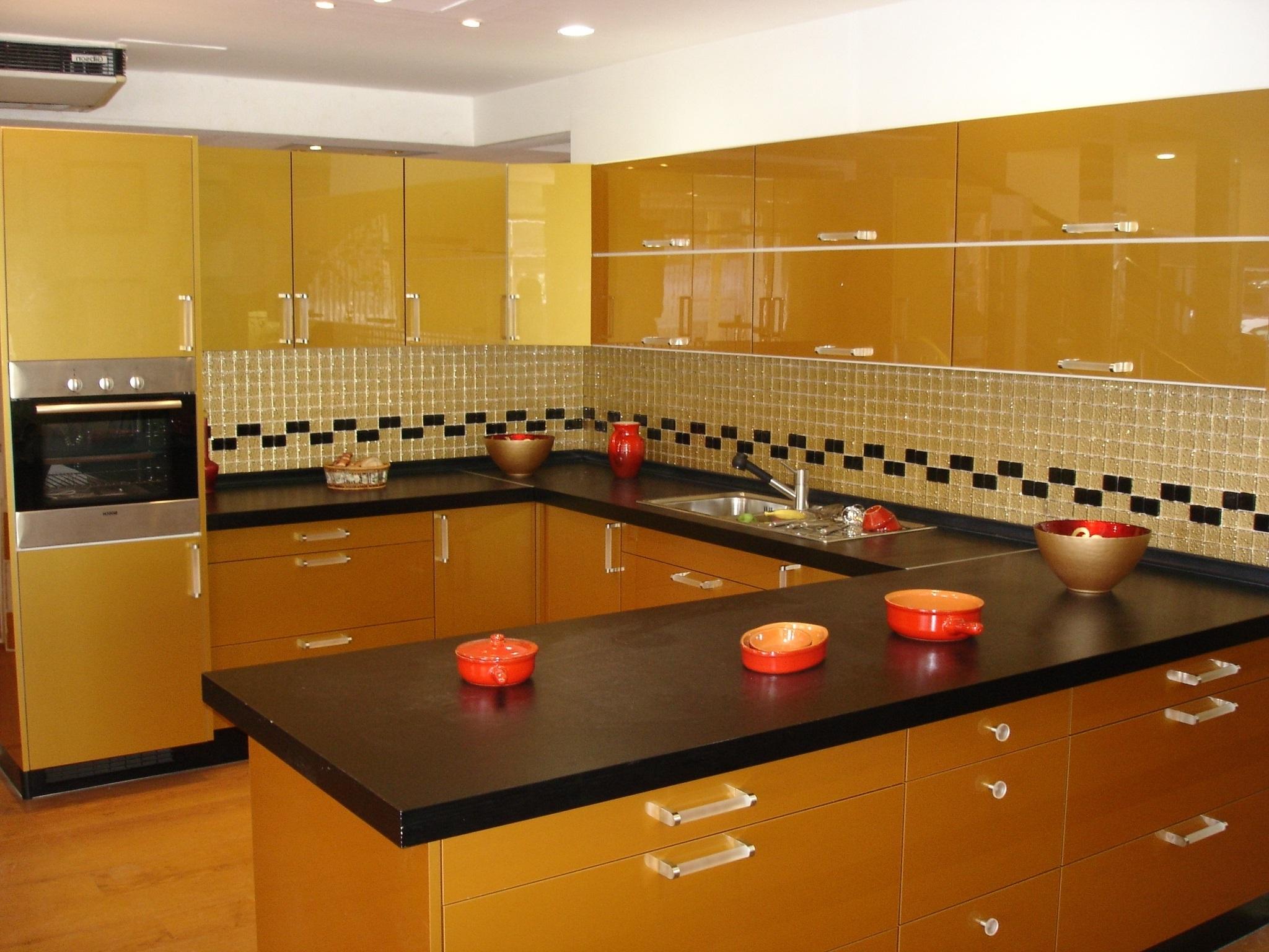 сочетание оранжевого с ерным на кухне