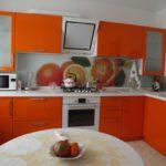 оранжевая кухня с рисунком