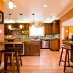 оранжевая кухня с цветной плиткой