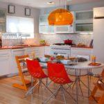 оранжевая кухня с красными стульями