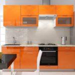 оранжевая кухня с черной духовкой