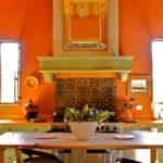 оранжевая кухня с полкой
