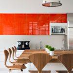 оранжевая кухня с гарнитуром