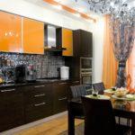 оранжевая кухня с серой плиткой