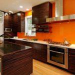 оранжевая кухня с коричневой мебелью