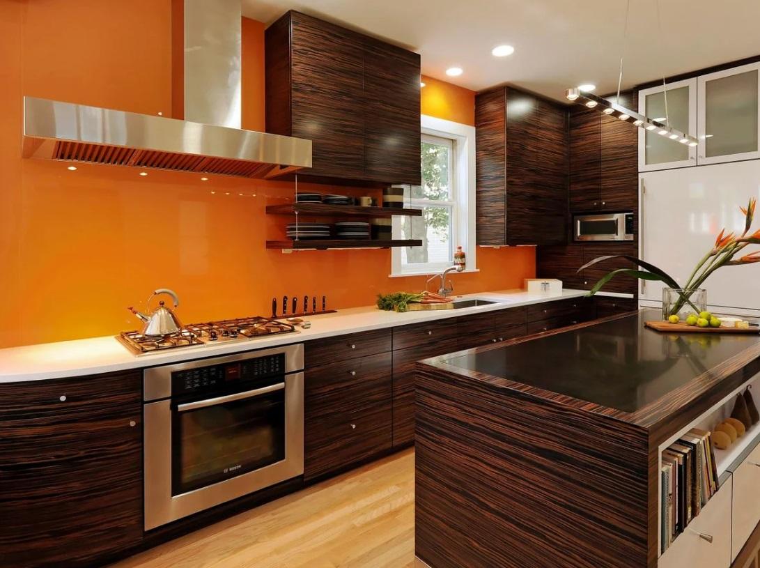 деревянная мебель в оранжевой кухне