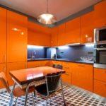 оранжевая кухня с клетчатым полом