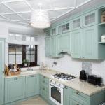 белый потолок на мятной кухне