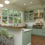 оформление окна на кухне мятного цвета