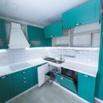 потолок на мятной кухне
