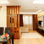 перегородка деревянными досками для деления кухни и гостиной