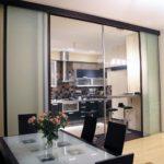 коричневая стеклянная перегородка для кухни