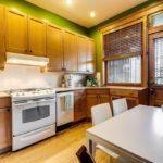яркая деревянная кухня