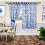голубые шторы в цветочек для кухни