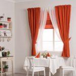 сочетание тюли и порьерной ткани в оформлении кухонного окна