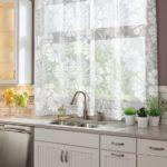 правила оформления кухонного окна шторами