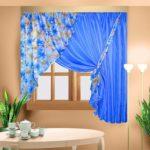 очень красивые голубые шторы для кухни