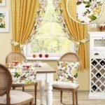 сочетание разных тканей при оформлении окна на кухне