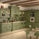 балки на потолке в кухне оформленной оливковым цветом