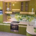 кухонный фартук на оливковой кухне